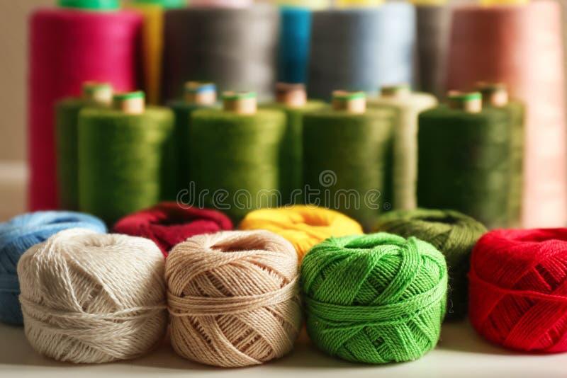 Grupo de clews do crochê da cor imagens de stock