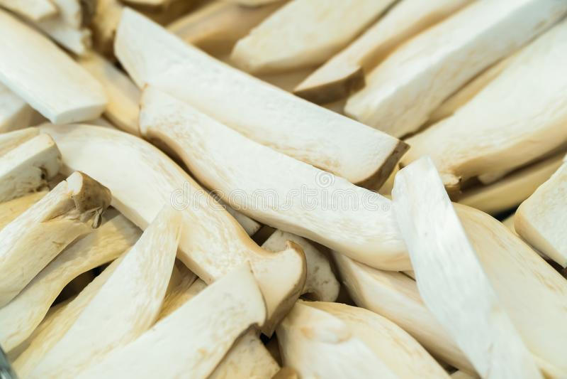 Grupo de cogumelos cortados prontos para cozinhar fotos de stock royalty free