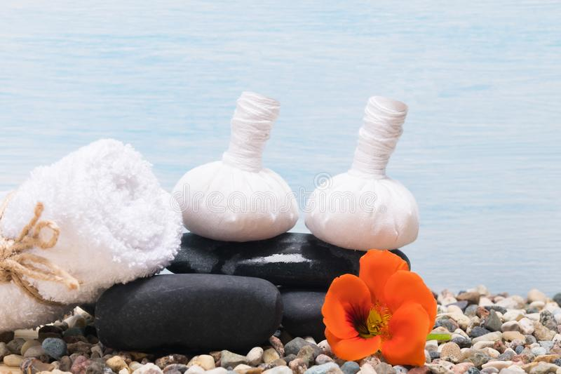 Grupo de coisas para procedimentos tailandeses da massagem e dos termas em um fundo azul imagem de stock royalty free