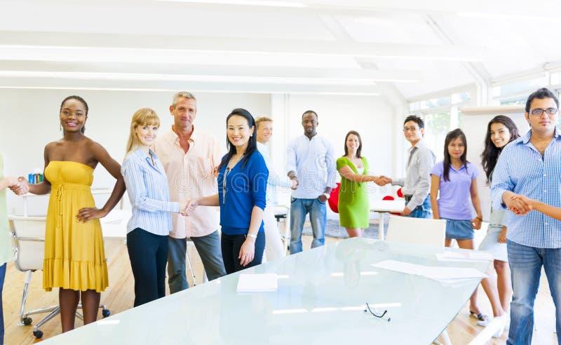 Grupo de colegas diversos que cumprimentam foto de stock royalty free