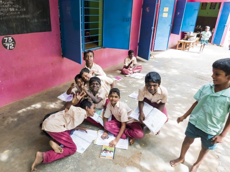 Grupo de colegas engraçados felizes dos amigos das crianças que sorriem fazendo o gesto do sinal de paz da vitória com os dedos n foto de stock royalty free