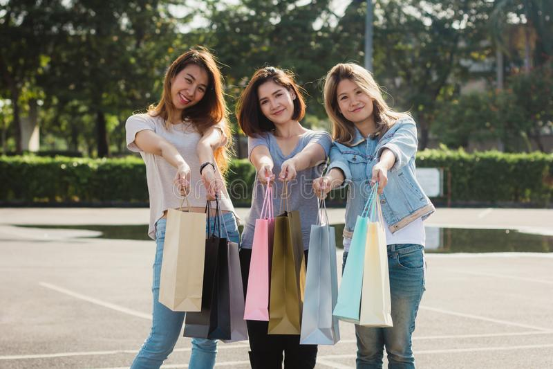 Grupo de compra asiática nova da mulher em um mercado exterior com os sacos de compras em suas mãos imagem de stock royalty free