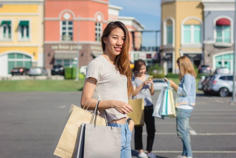 Grupo de compra asiática nova da mulher em um mercado exterior com sh foto de stock royalty free
