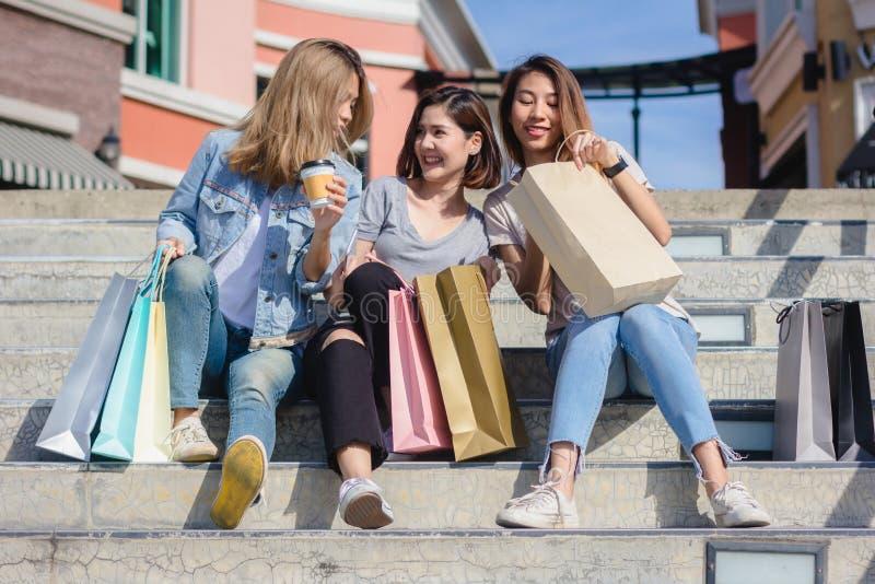 Grupo de compras asiáticas jovenes de la mujer en un mercado al aire libre con los panieres en sus manos fotos de archivo libres de regalías