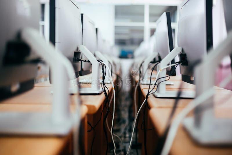 Grupo de computadores de secretária na tabela na sala do laboratório do computador fotografia de stock royalty free