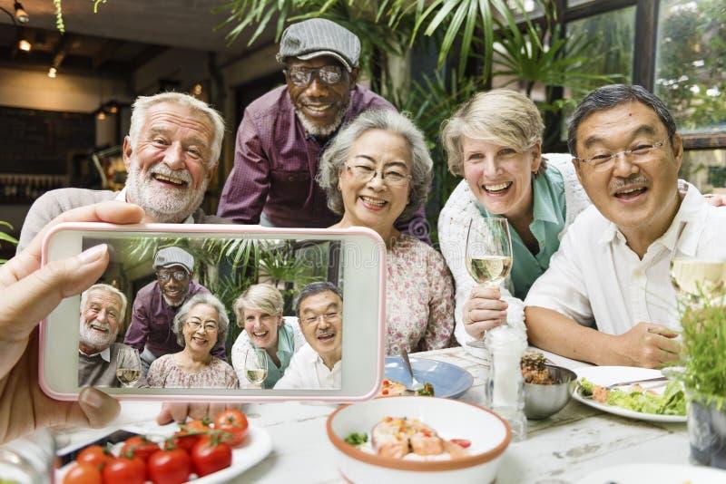 Grupo de conceito feliz da refeição da unidade dos amigos imagem de stock royalty free