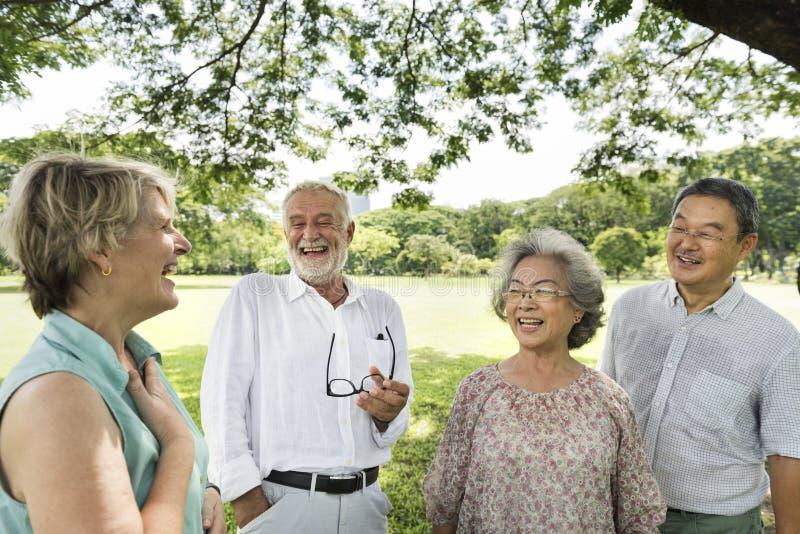 Grupo de conceito superior da felicidade dos amigos da aposentadoria imagem de stock