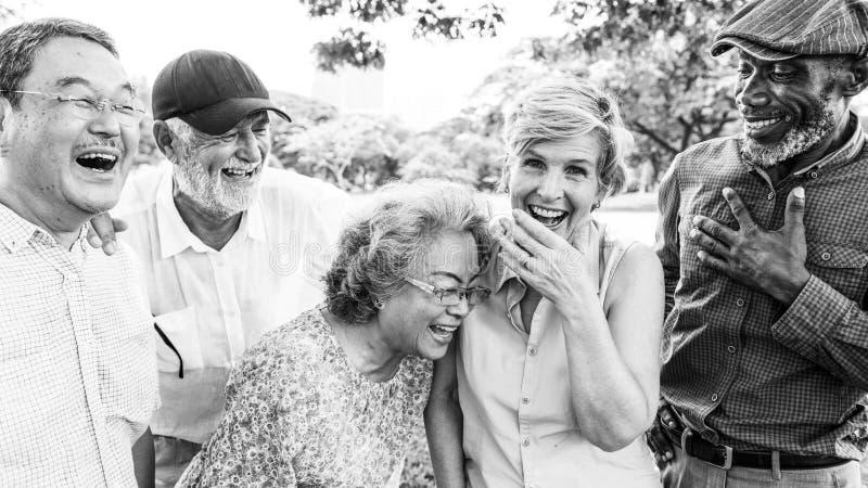 Grupo de conceito superior da felicidade dos amigos da aposentadoria foto de stock royalty free