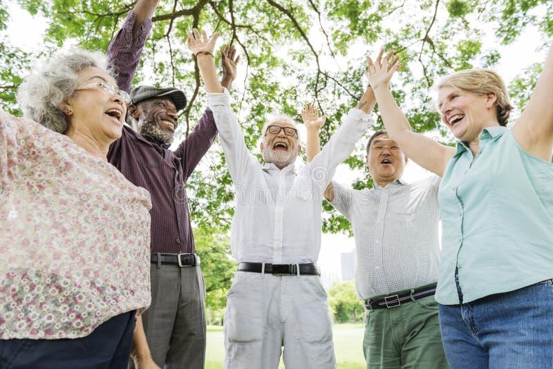 Grupo de concepto mayor de la felicidad de los amigos del retiro fotos de archivo