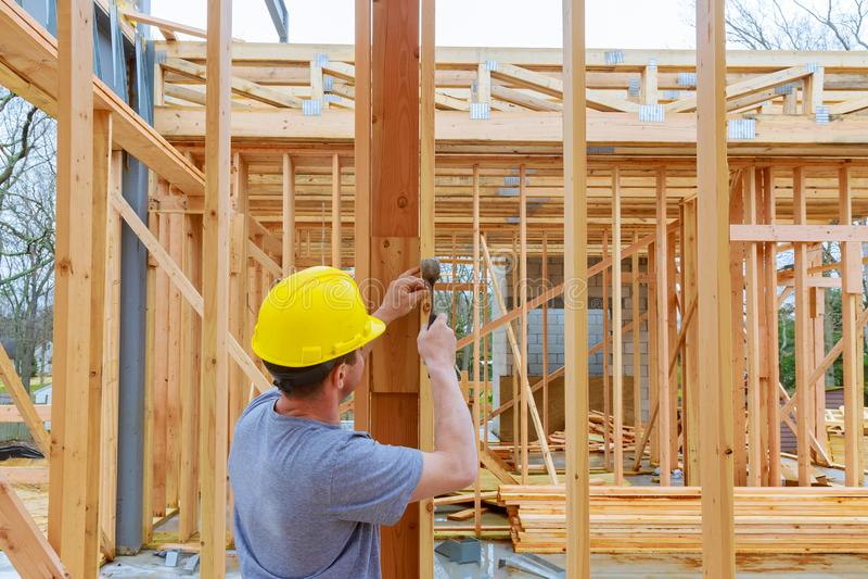 Grupo de construção que trabalha na cobertura de um novo, dois história do telhado, prédio de apartamentos comercial em Oregon imagem de stock royalty free