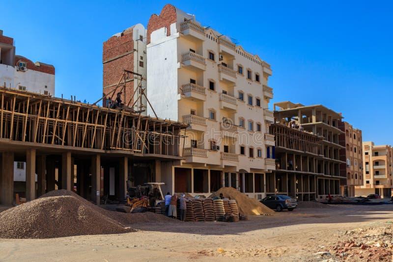 Grupo de constructores que trabajan en el emplazamiento de la obra en Hurghada, Egipto fotografía de archivo libre de regalías