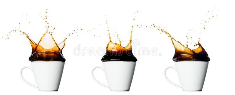 Grupo de copo de espirrar o café isolado no fundo branco imagem de stock