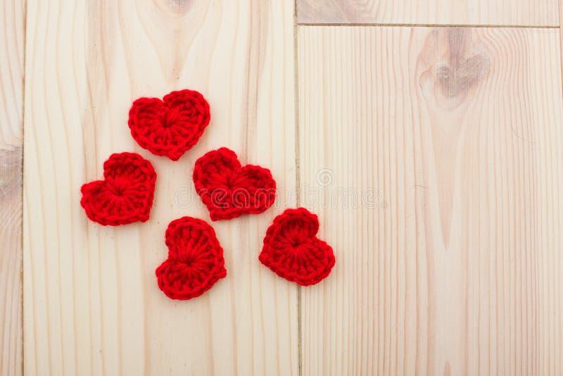 Grupo de corações feitos malha vermelho fotos de stock royalty free