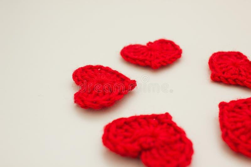 Grupo de corações feitos malha vermelho imagens de stock royalty free