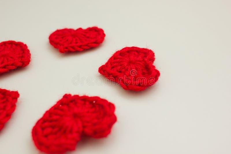 Grupo de corações feitos malha vermelho fotografia de stock