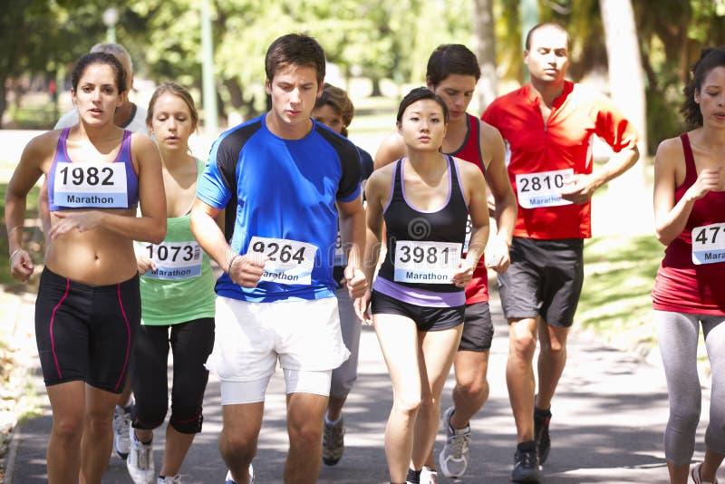 Grupo de corredores de maratón en el comienzo de la raza fotos de archivo libres de regalías