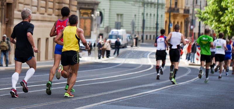 Grupo de corredores en el 5o kilómetro de PIM imagen de archivo