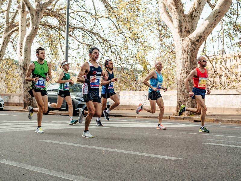 Grupo de corredores de los atletas que corren abajo de la calle en Roma durante el maratón de Roma fotos de archivo libres de regalías