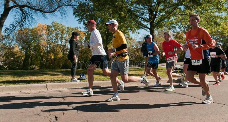 Grupo de corredores - maratón de 2010 ciudades gemelas imagen de archivo