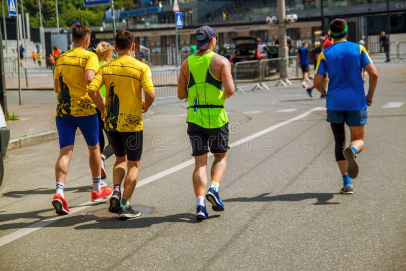 Grupo de corredores de maratona na rua em Ucrânia fotos de stock royalty free