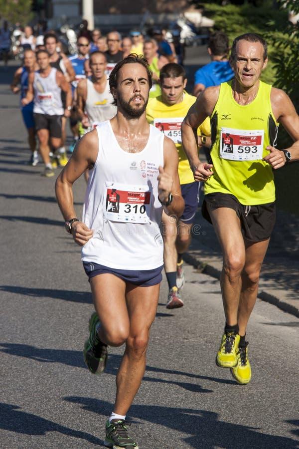 Grupo de corredores na estrada (a fome corre 2014, FAO/WFP) imagem de stock