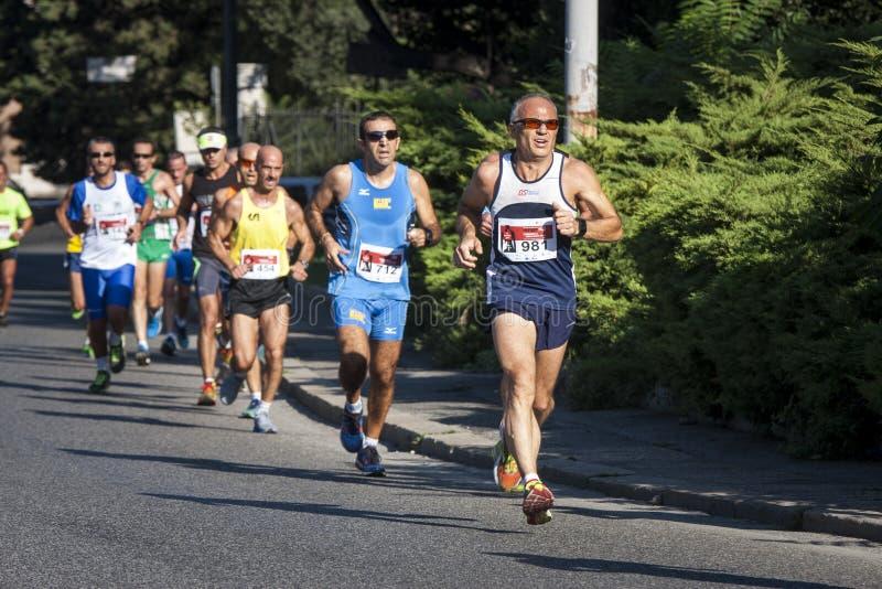 Grupo de corredores na estrada (a fome corre 2014, FAO/WFP) fotografia de stock