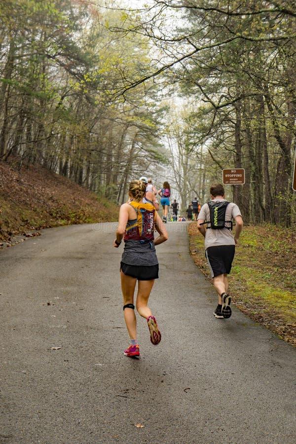 Grupo de corredores que escalam a montanha de Roanoke foto de stock