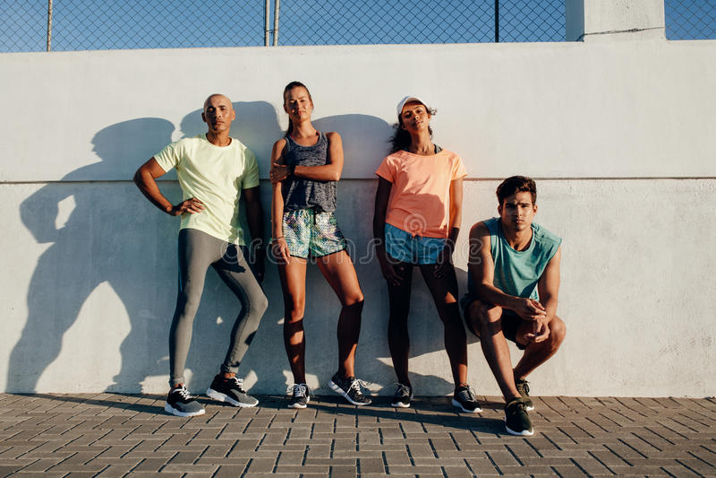 Grupo de corredores que se relajan después de entrenamiento fotografía de archivo libre de regalías