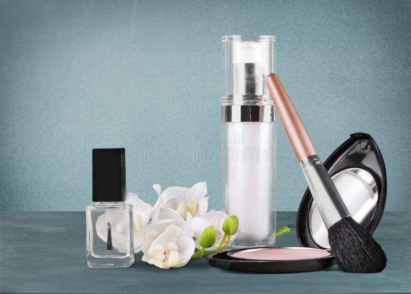 Grupo de cosméticos decorativos no fundo da tabela fotografia de stock