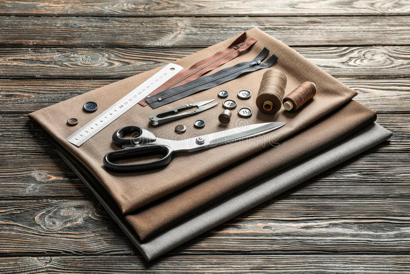 Grupo de costurar ferramentas, acessórios e tela fotografia de stock royalty free