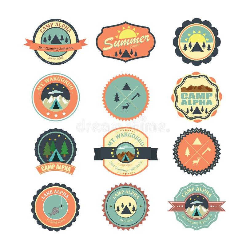 Grupo de crachás exteriores do acampamento do vintage e de emblemas de viagem Illustratio ilustração stock