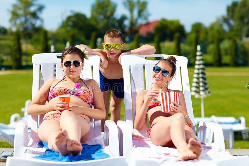 Grupo de crianças adolescentes que apreciam o verão no parque da água imagens de stock royalty free