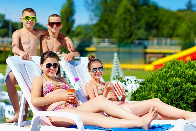 Grupo de crianças adolescentes que apreciam o verão no parque da água imagens de stock