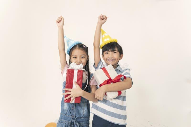 Grupo de crianças alegres para a caixa de presente para comemorar o Natal fotografia de stock royalty free