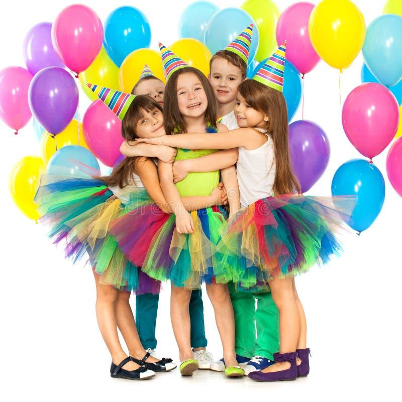 Grupo de crianças alegres que têm o divertimento no aniversário fotos de stock royalty free
