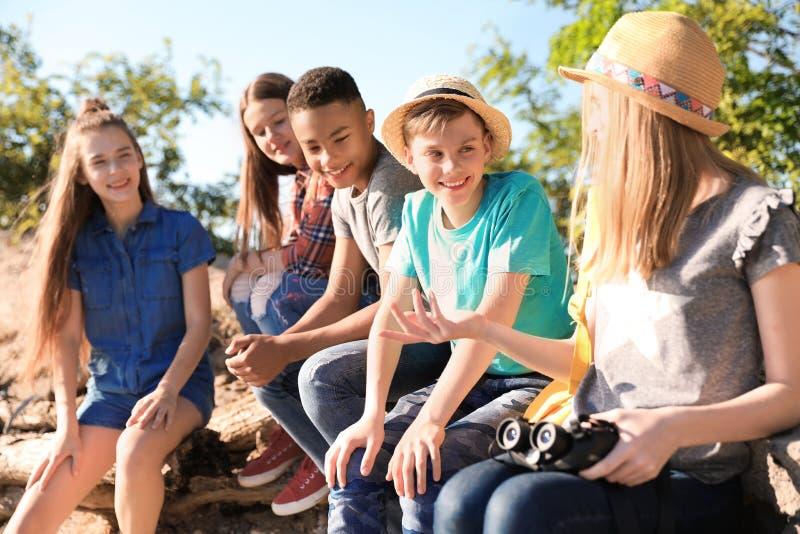 Grupo de crianças com binóculos fora foto de stock royalty free