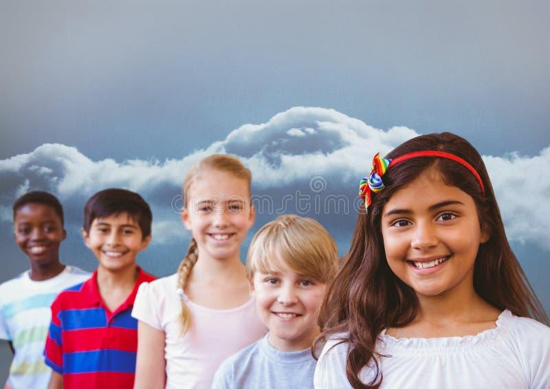 Grupo de crianças com céu nebuloso fotografia de stock
