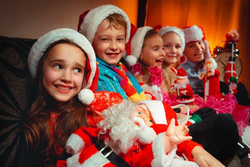 Grupo de crianças com Santa Claus imagens de stock