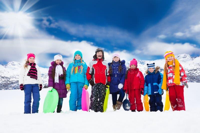 Grupo de crianças e de atividades do inverno fotos de stock