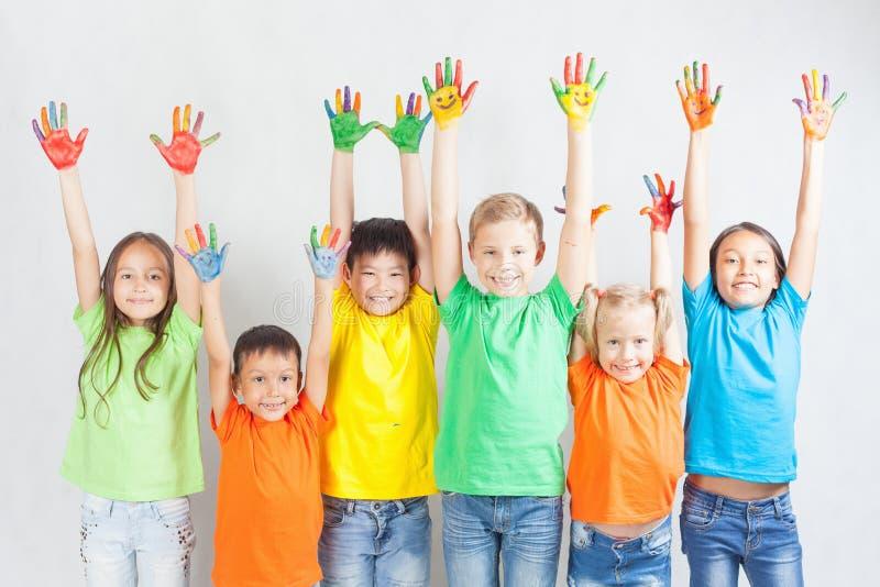 Grupo de crianças engraçadas multirraciais fotos de stock