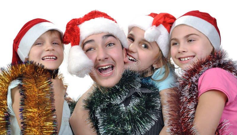 Grupo de crianças felizes que comemoram o Natal foto de stock