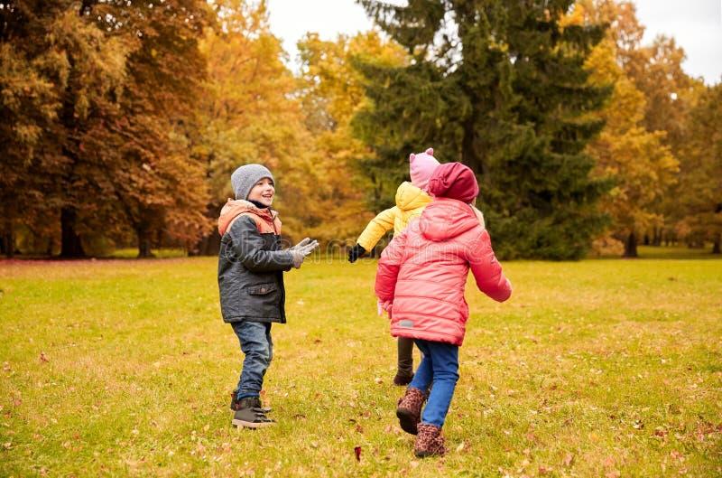 Grupo de crianças felizes que têm o divertimento fora imagem de stock royalty free