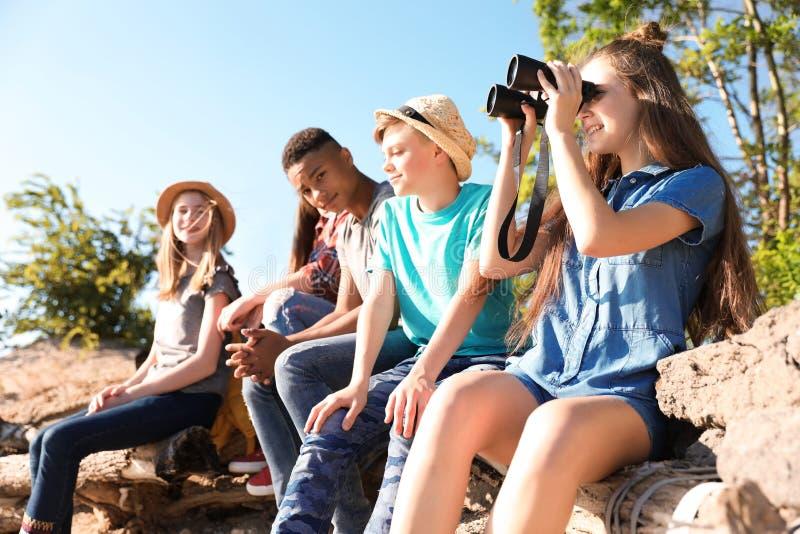 Grupo de crianças fora Acampamento de verão imagens de stock