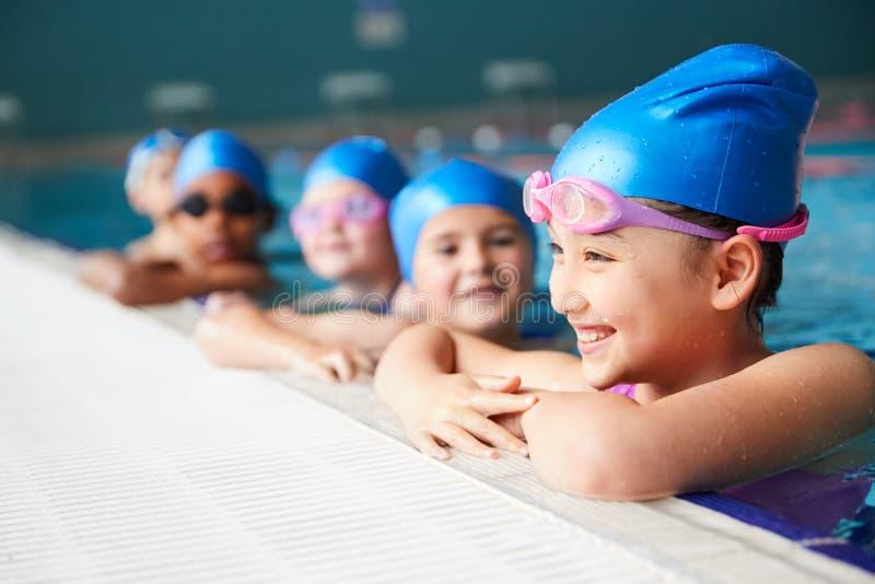 Grupo De Crianças Na Água No Bordo Do Pool Esperando Por Lição De Nadação fotos de stock royalty free