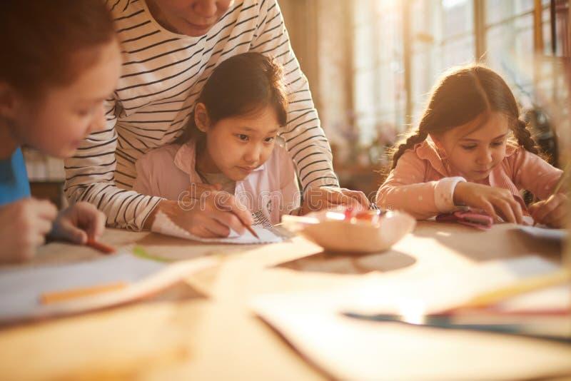 Grupo de crianças na escola fotos de stock royalty free