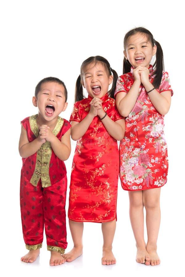 Grupo de crianças orientais que desejam lhe um ano novo chinês feliz imagem de stock royalty free