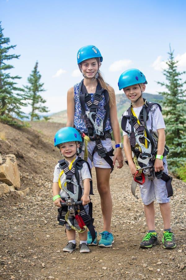 Grupo de crianças prontas para ir em uma aventura do zipline imagens de stock royalty free