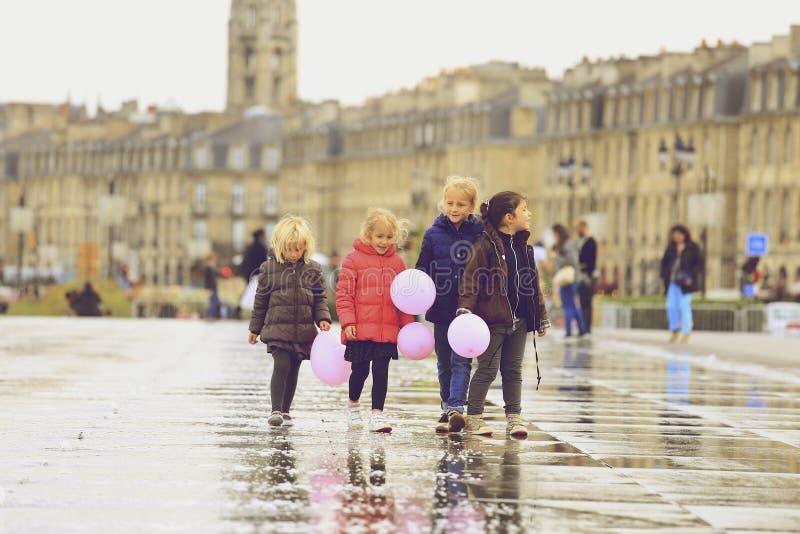Grupo de crianças que andam no espelho da água fotos de stock