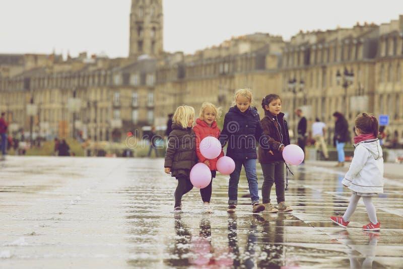 Grupo de crianças que andam no espelho da água foto de stock royalty free