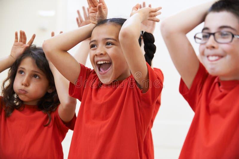 Grupo de crianças que apreciam a classe do drama junto fotografia de stock royalty free